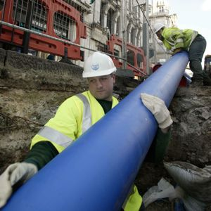 Thames Water operatives install new water mains pipes. Photo courtesy of Thames Water